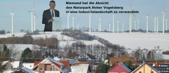 """Landrat Görig mit der Urkunde""""Qualitätsnaturpark"""" in der Hand"""